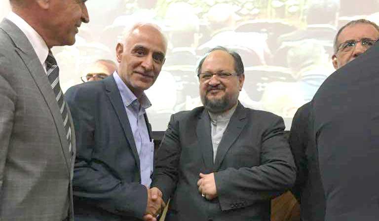 اهدا لوح و تندیس به اتحادیه تولید و تجارت آبزیان ایران